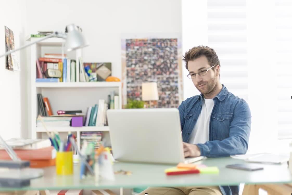 Homem trabalhando home office