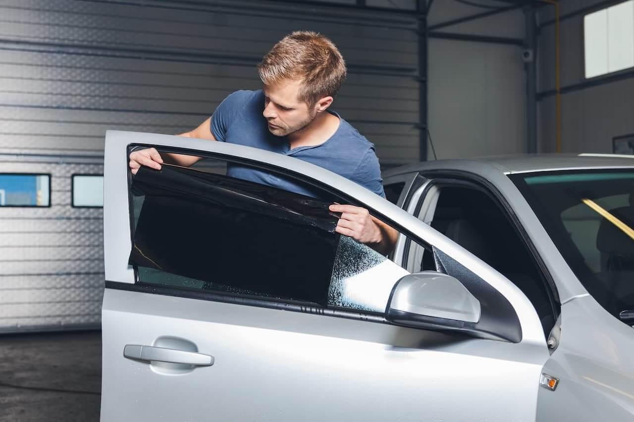 Colocando insufilm no vidro do carro